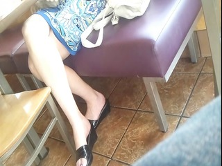 candid feet: working mature babe at bar