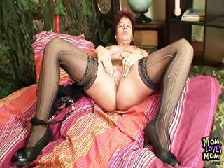mature inexperienced milf spurting her vagina